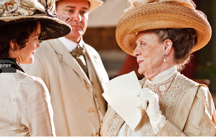 Maggie Smith als de douairière in Downton Abbey