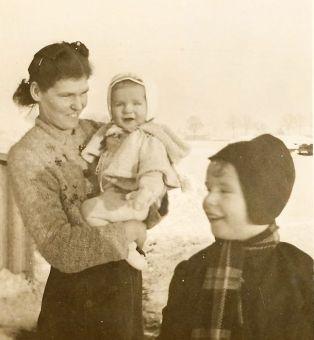 Moeder Olly met haar twee zoontjes winter 44/45 (foto Oom Dirk)