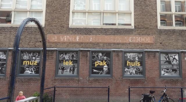 BLO = Buitengewoon Lager Onderwijs voor leerlingen die niet meekonden op de gewone lagere school.   Bijna onleesbaar Alberdingk,  Thijmstraat.