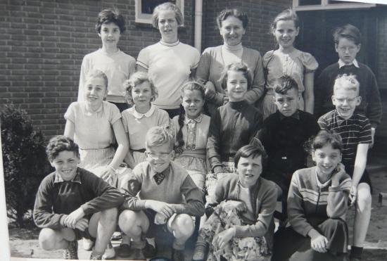 Klassenfoto Vrije School, klas 7 met mevrouw Visser 1958